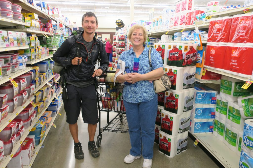 Nákup v supermarketu se může protáhnout, když vás zpovídají zvědaví Američani