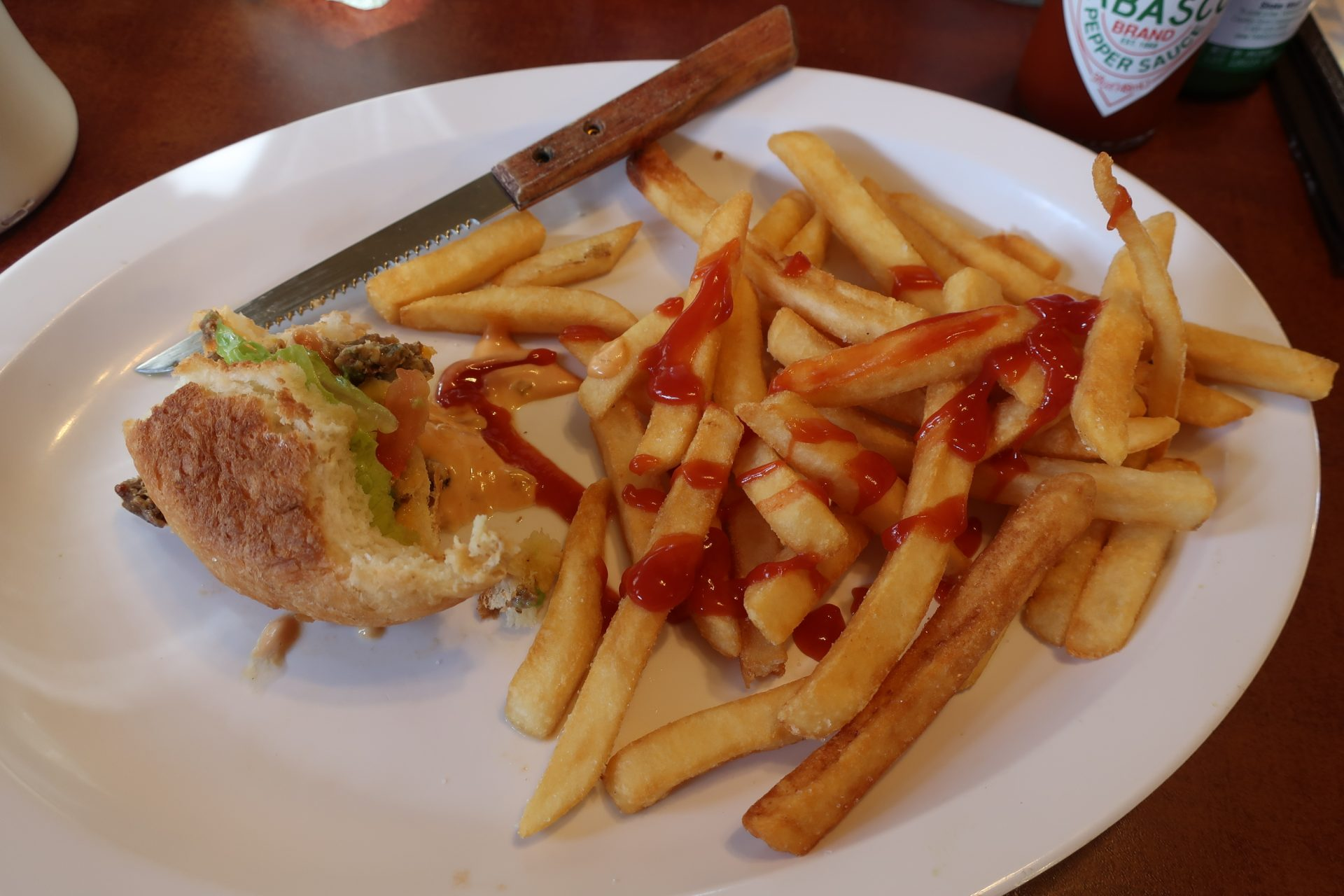 Vegetariánský burger a hranolky