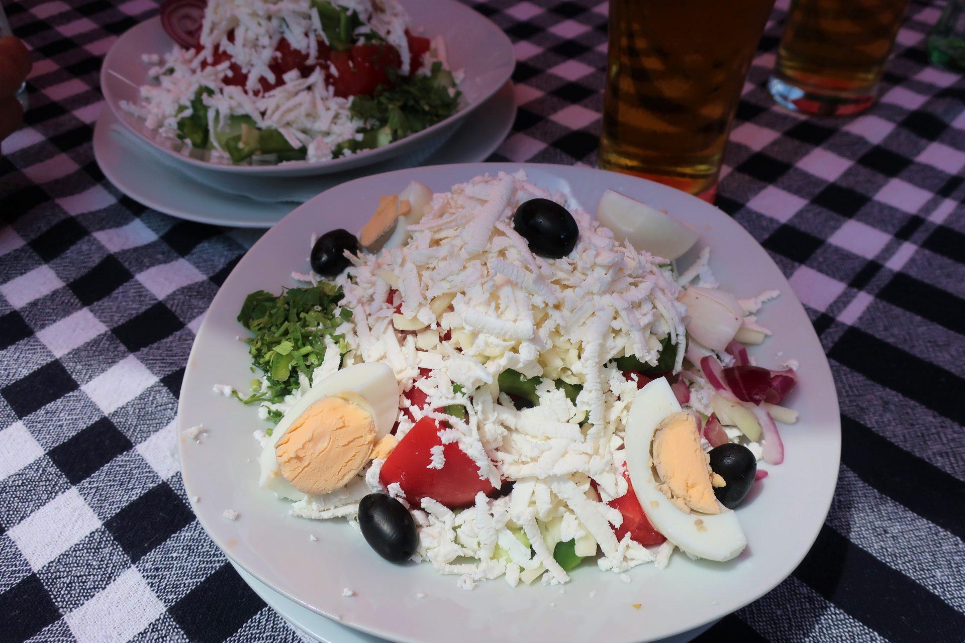 Zeleninový salát se sýrem a vajíčkem